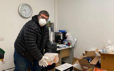 Albert Suñer fa entrega de guants, bates impermeables i ulleres a la Clínica Girona en nom de Stuc Pintors i Rotary Club de Girona